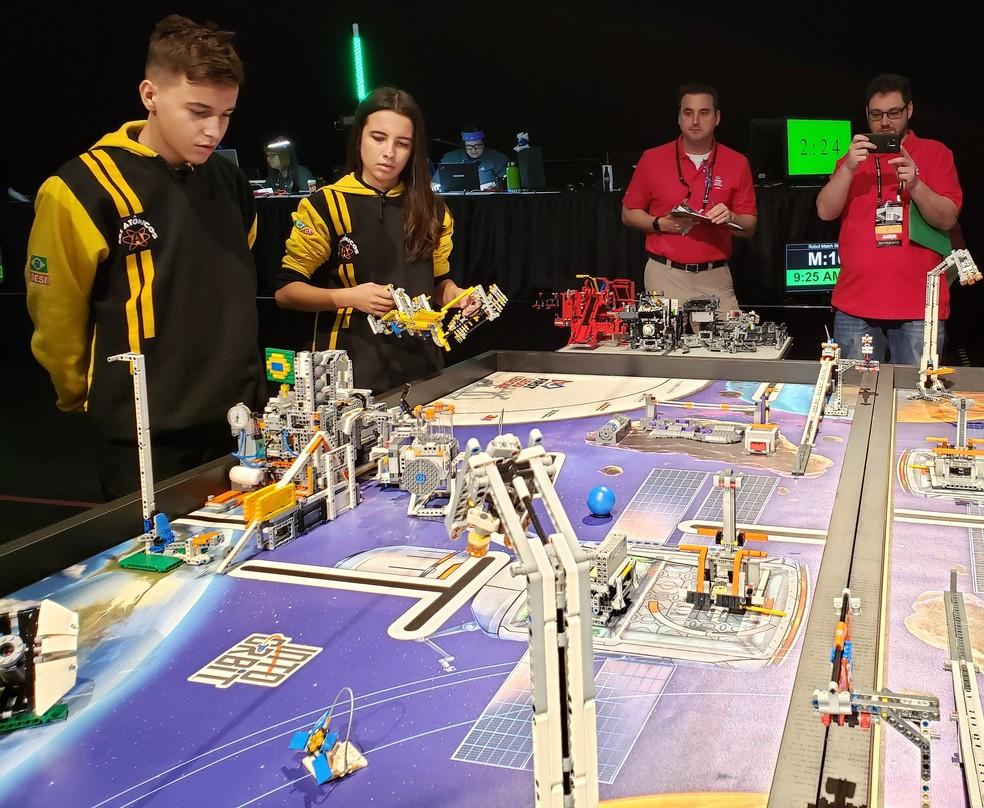 Parte da equipe Los Atômicos, de Araras (SP), durante competição da First Lego League, em Houston — Foto: Aerton Guimarães/CNI