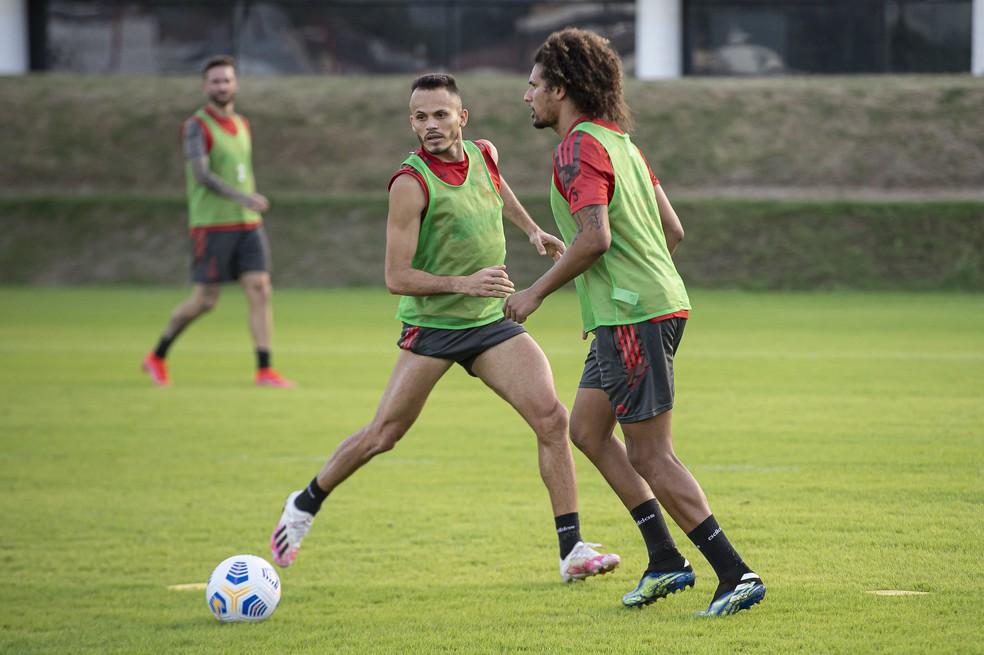 Renê está de volta aos treinos com o restante do time — Foto: Alexandre Vidal/Flamengo