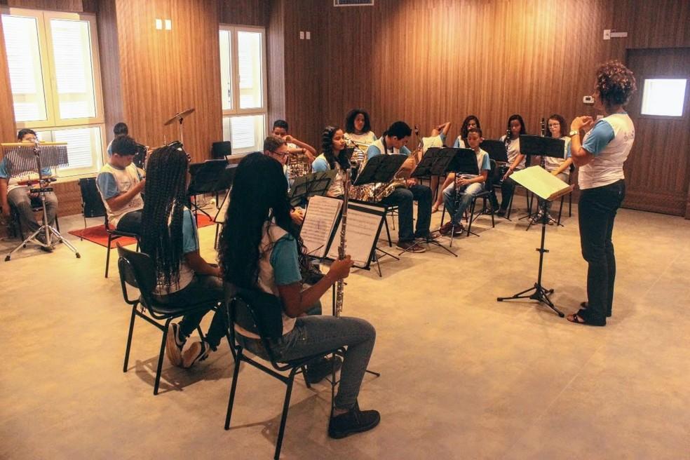 Professora Paula Francinete Vicente rege parte da Banda Filarmônica de Mãe Luiza, em Natal (Foto: Igor Jácome/G1)