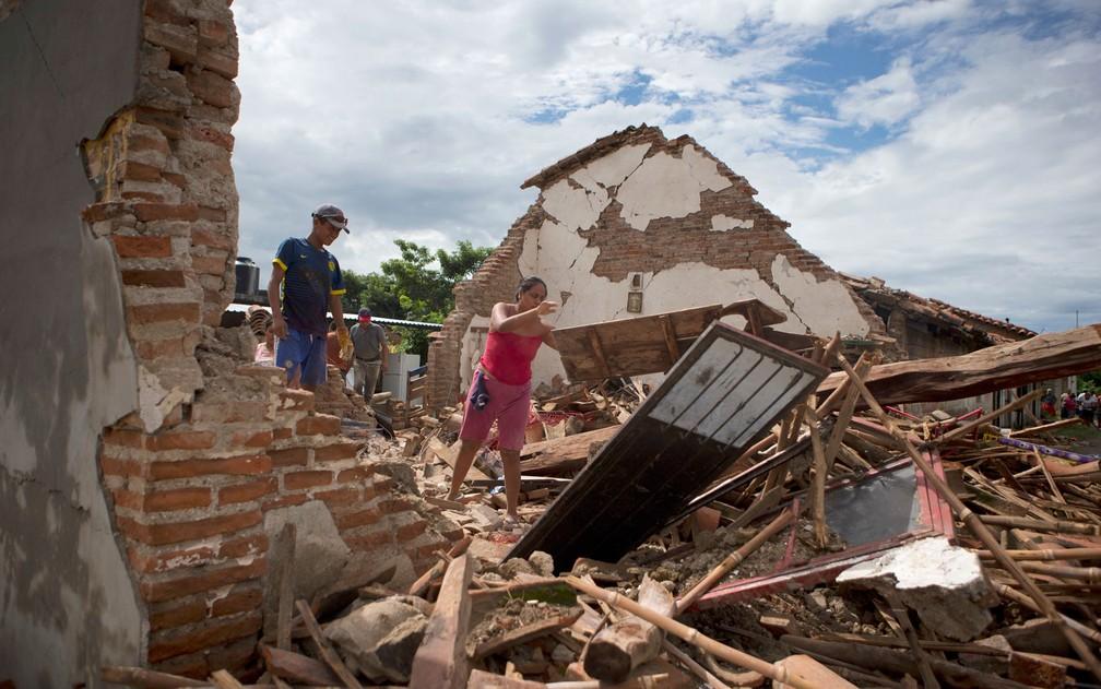 Mulher retira destroços de sua casa, destruída pelo terremoto de quinta-feira em Union Hidalgo, no México, no domingo (10) (Foto: AP Photo/Rebecca Blackwell)