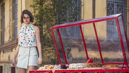 Agatha Moreira fala sobre cena em que Josiane joga bolo nas pessoas: 'Uma das mais esperadas'