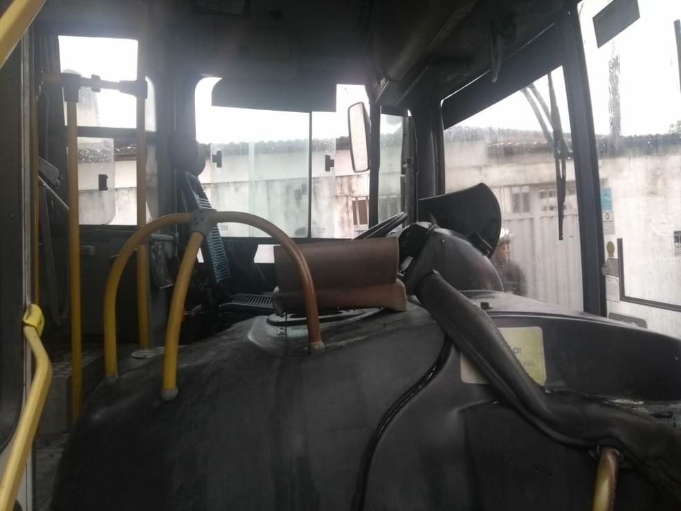 Crminosos atearam fogo em ônibus em São Gonçalo do Amarante; população conseguiu controlar o incêndio (Foto: Divulgação/PM)