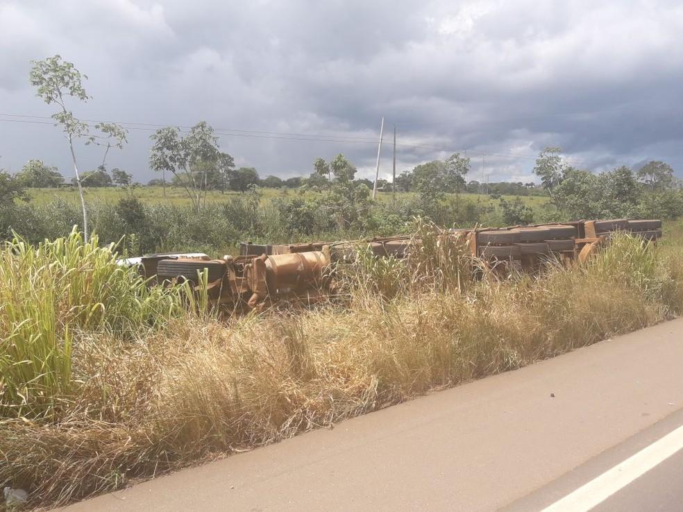 Uma das carretas saiu da pista na BR-364 (Foto: PRF/Divulgação)