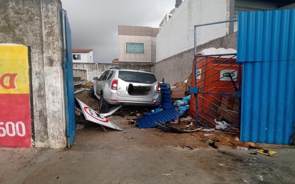 Carro bateu em poste e invadiu depósito— Foto: Divulgação/SMTT