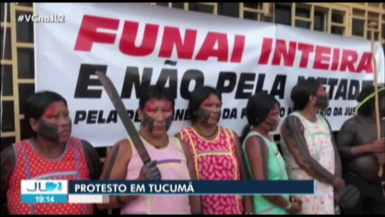 Cerca de cem indígenas Kayapó protestam em frente à Funai em Tucumã, no Pará
