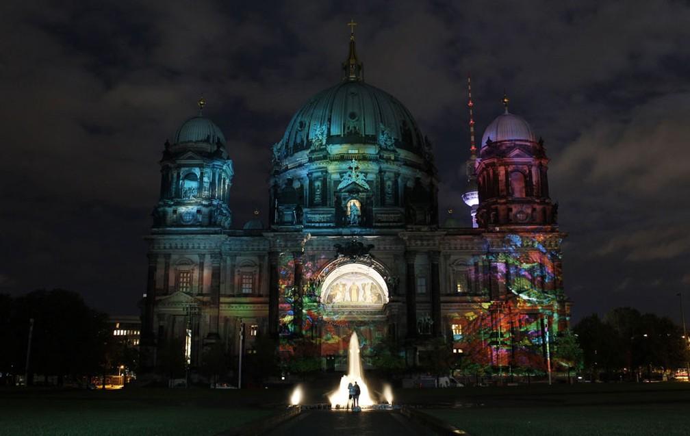 A catedral de Berliner Dom é iluminada em Berlim. — Foto: Tobias Schwarz/Reuters