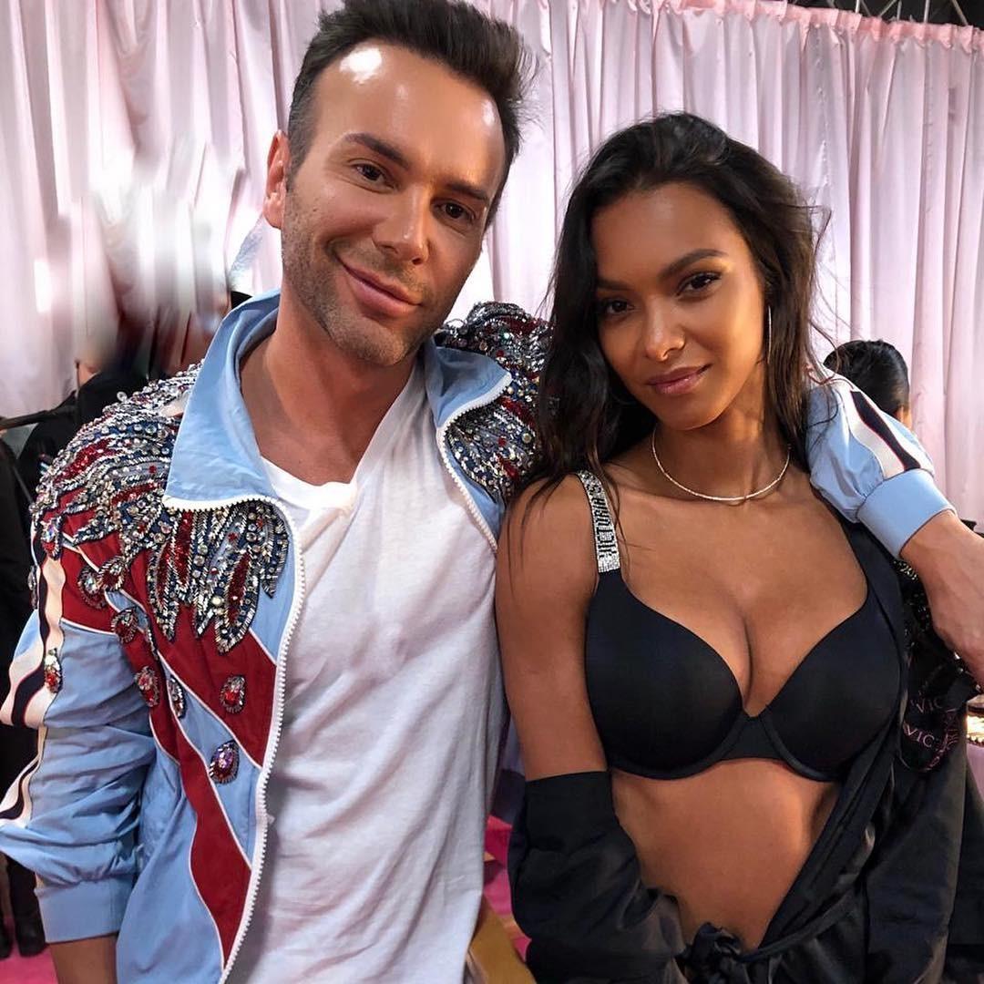 Matheus Mazzafera com Laís Ribeiro nos bastidores do Victoria's Secret Fashion Show 2018 (Foto: Vogue Brasil)