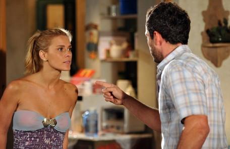 Na segunda-feira (31), Teodora (Carolina Dieckmann) vai enganar Quinzé (Malvino Salvador) e dizer que o filho que está esperando não é dele Reprodução