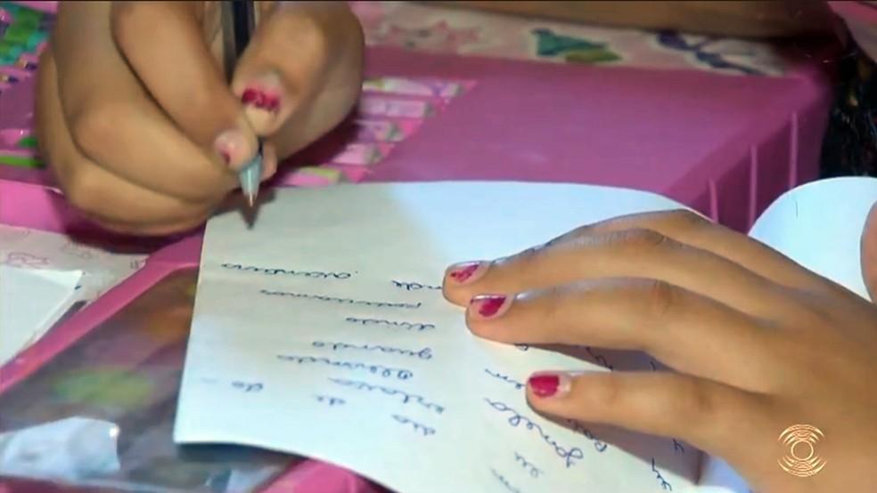 Rita de Cássia escreveu mais de 80 histórias infatins para ajudar a família — Foto: Reprodução/TV Paraíba