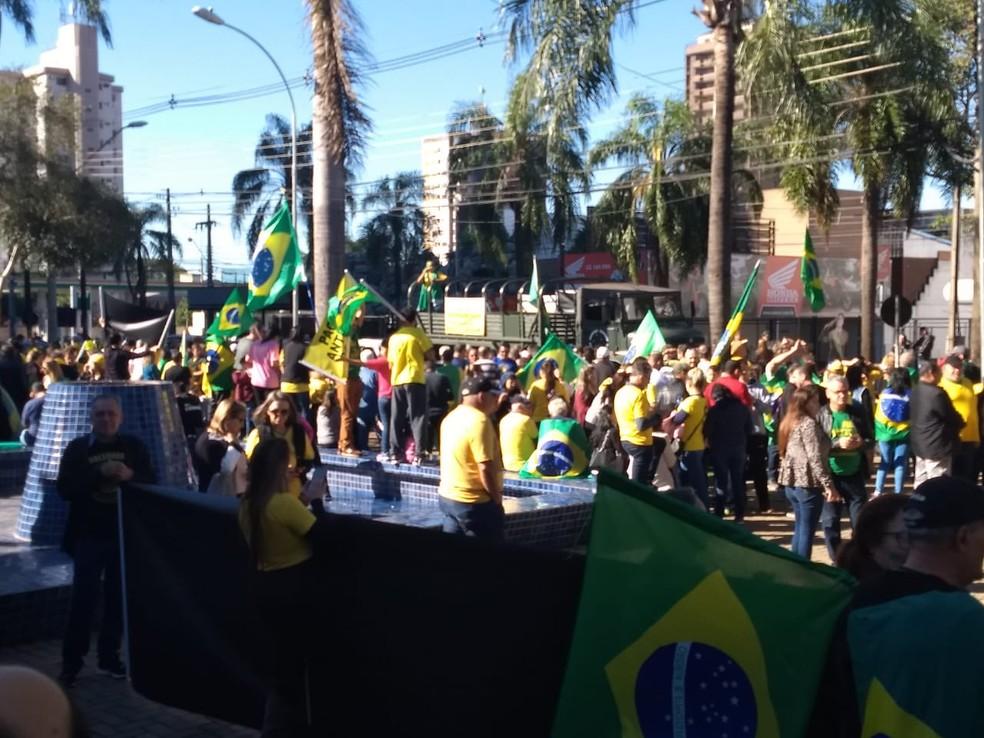 FOZ DO IGUAÇU, 11h: Manifestantes se reúnem na Praça do Mitre — Foto: Renan Gouveia/RPC
