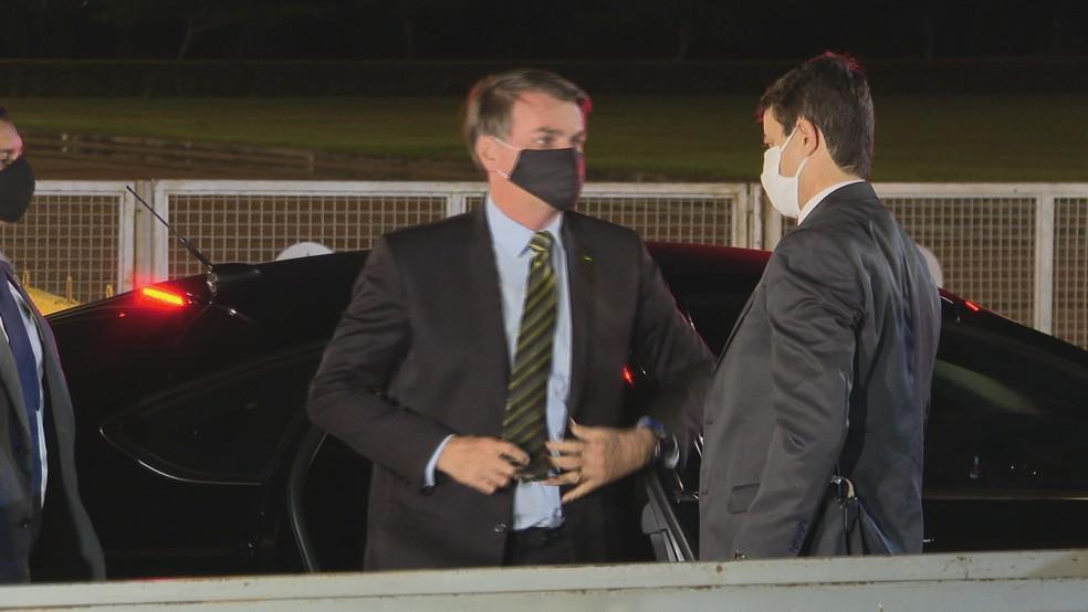 Jair Bolsonaro nessa quinta à noite, no Palácio da Alvorada, em Brasília — Foto: Reprodução/TV Globo