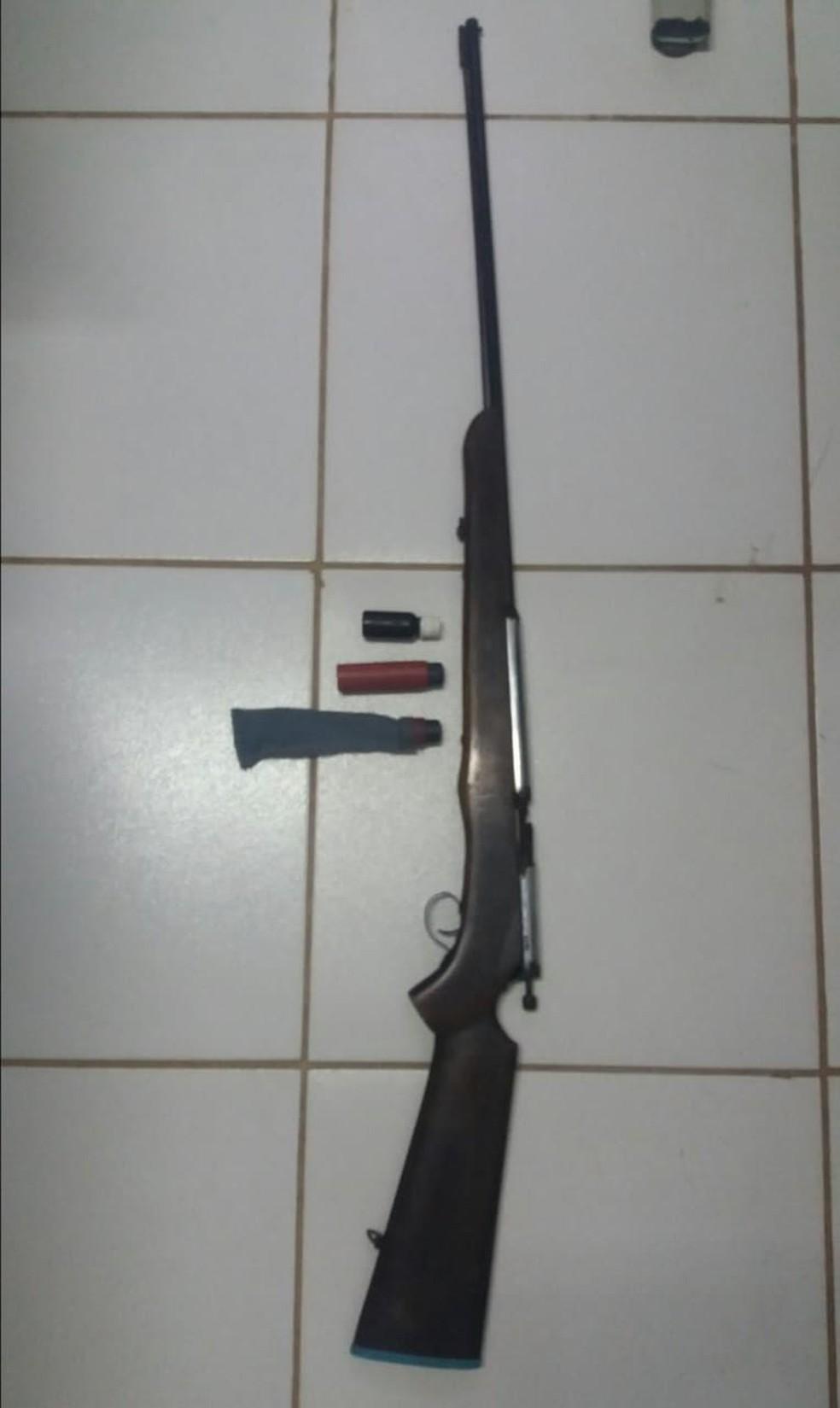 Com Pedro, a polícia apreendeu uma espigarda e munição — Foto: Divulgação/Polícia Civil