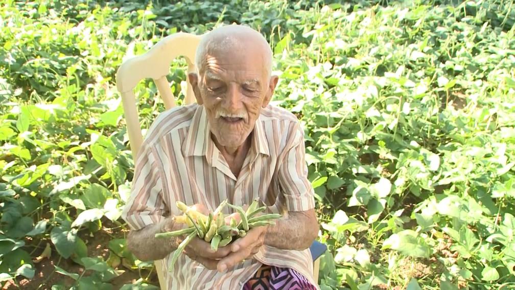 Agricultor esbanja felicidade ao ver que as chuvas registradas no Sertão da Paraíba estão fazendo com que ele colha o que plantou (Foto: Reprodução/TV Paraíba)