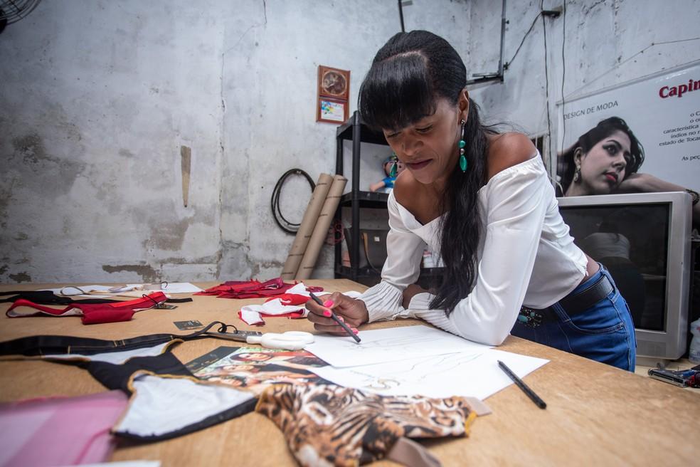 Silvana da Silva desenhou os primeiros esboços do que viriam a ser os modelos de sua coleção — Foto: Fábio Tito/G1