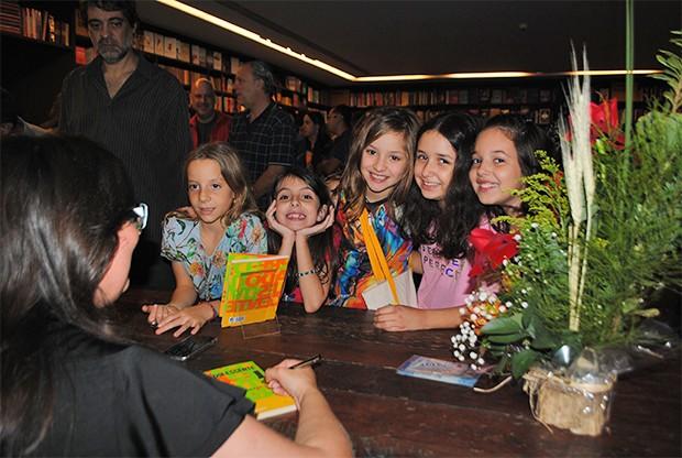 Daniela Tófoli com pré-adolescentes (Foto: Divulgação)