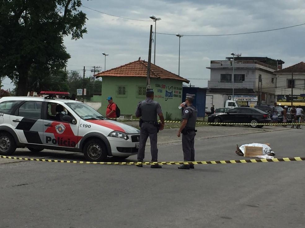 Homem foi morto na Rua Carijós, em São Vicente — Foto: Adriana Cutino/G1