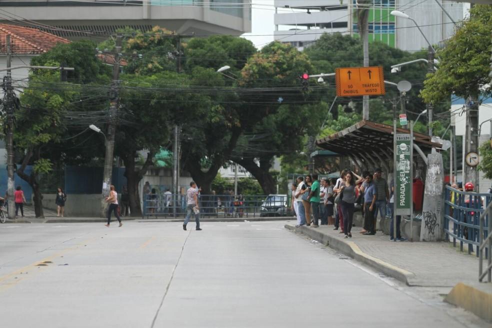 Parada de ônibus na Conde da Boa Vista, no Centro do Recife, ficou cheia e veículos não passavam pela via na manhã desta quinta-feira (12) (Foto: Marlon Costa/Pernambuco Press)