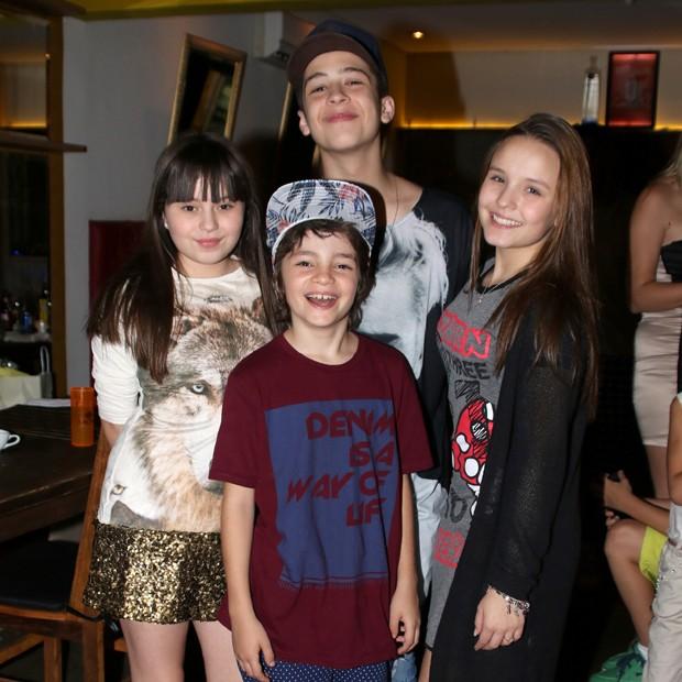 Bia Jordão, João Guilherme e Larissa Manoela comemoram aniversário de Kevin Vechiatto (Foto: Thiago Duran/AgNews)