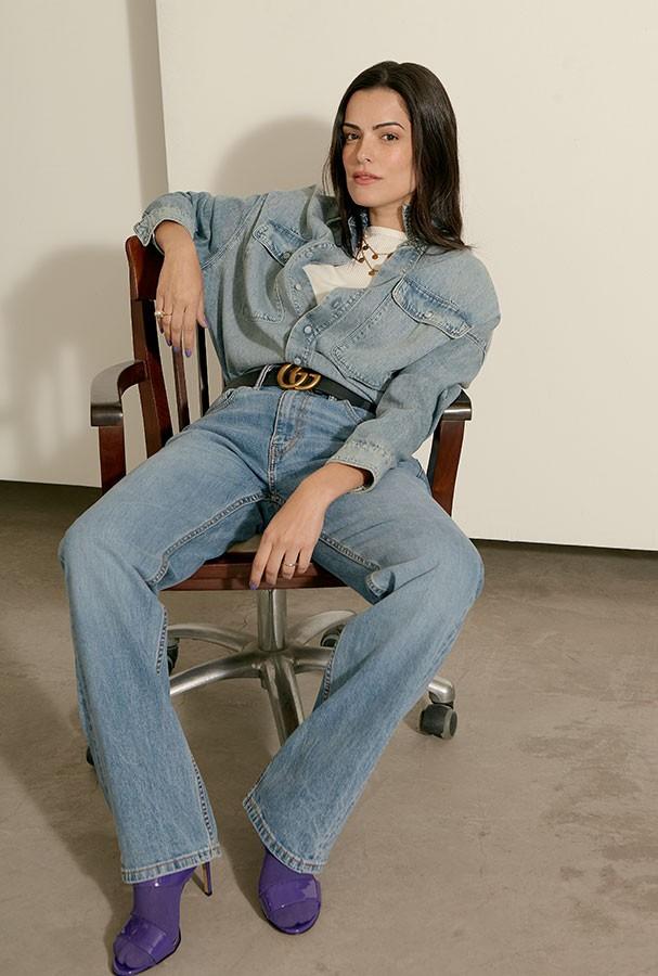 Camisa, R$ 898, Rosa Chá; camiseta, R$ 89, Intimissimi; calça, R$ 260, Levi´s. Colar, R$ 3.900, e anel, R$ 1.450, ambos Dior; cinto, R$ 1.690, e meias, ambos Gucci; sandálias, R$ 2.890, Versace (Foto: Takeuchiss)