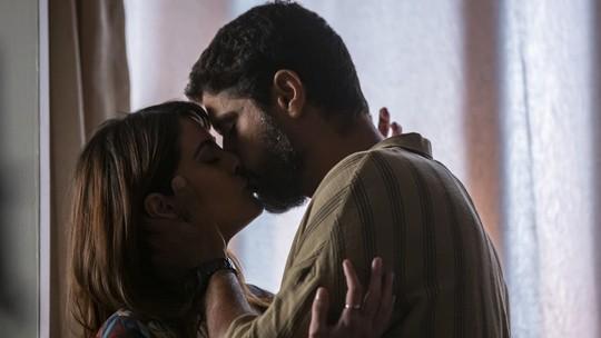Hussein e Helena se beijam em 'Órfãos da Terra'