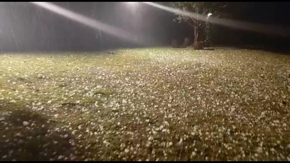 Quintal de casa durante queda de granizo em Belo Horizonte (Foto: Reprodução/TV Globo)