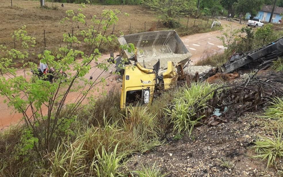 Caminhão tombou após acidente  — Foto: Erivaldo Fontes