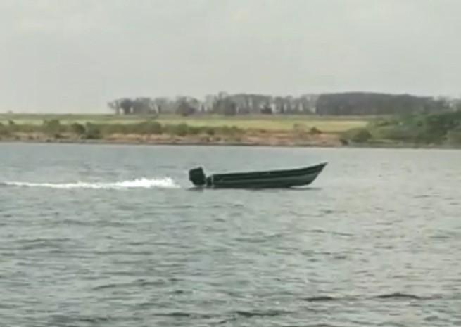 Bombeiros procuram por dono de barco visto navegando sozinho no Rio Tietê; vídeo