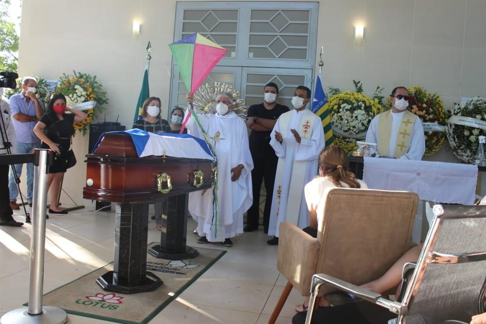 Padre Tony presta homenagem ao ex-prefeito Firmino Filho — Foto: Lívia Ferreira/G1 PI