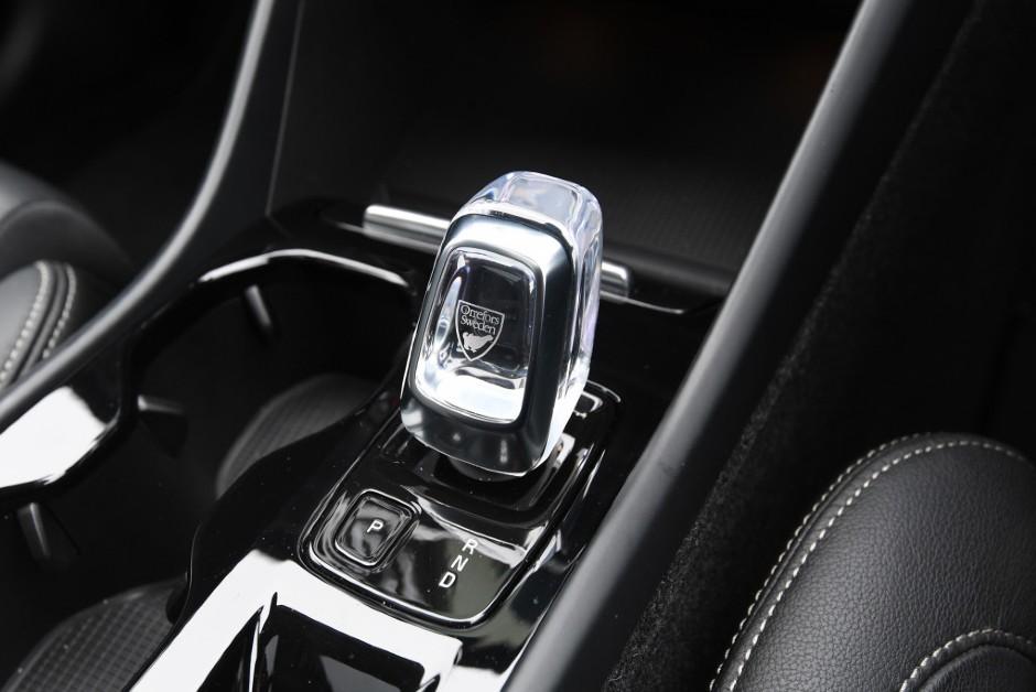 Câmbio do Volvo XC40 é produzido em parceria com a fabricante sueca de cristais Orrefors (Foto: Divulgação/Volvo)