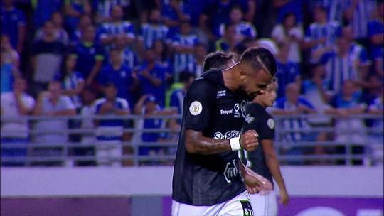 Alex Santana busca o ângulo e quase faz um belo gol para o Botafogo, aos 27' do 1ºT