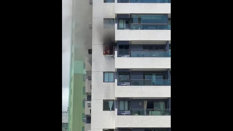 Incêndio atingiu apartamento no 11º andar de prédio no Parnamirim, no Recife, na manhã deste domingo (22) — Foto: Reprodução/WhatsApp