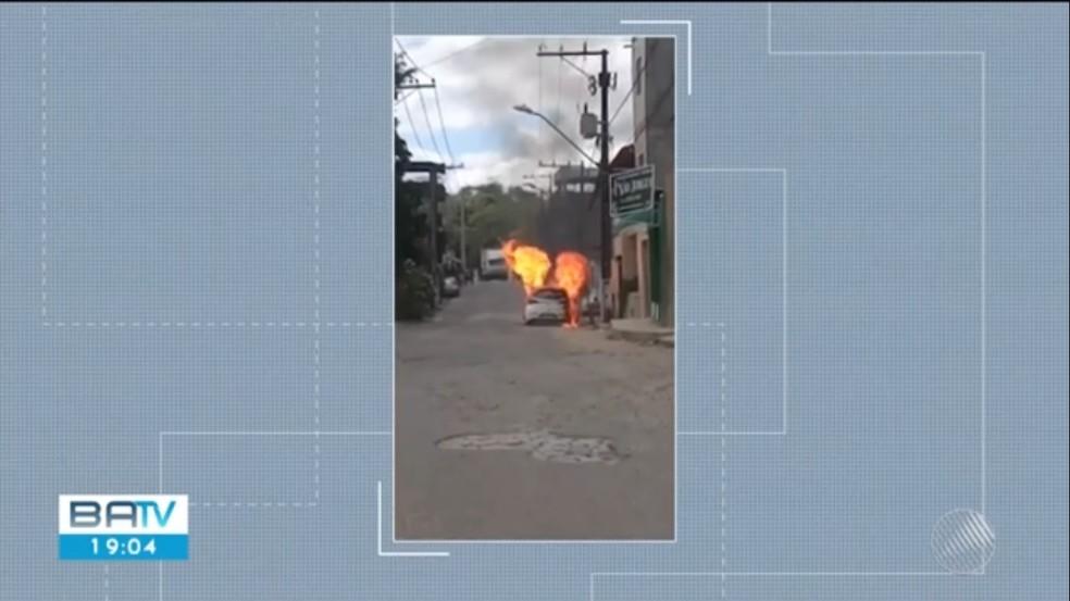 Três veículos foram incendiados em Itabuna nesta sexta-feira — Foto: Reprodução TV Santa Cruz