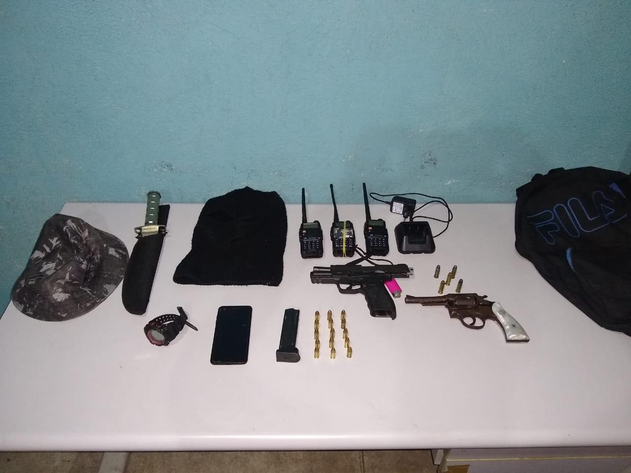 Trio é flagrado com armas e munições no Nova Primavera, em Volta Redonda