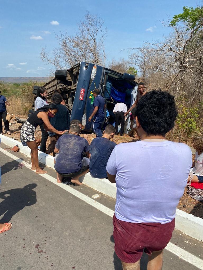 Grave acidente com ônibus de turismo deixa feridos na BR-135, no Sul do Piauí