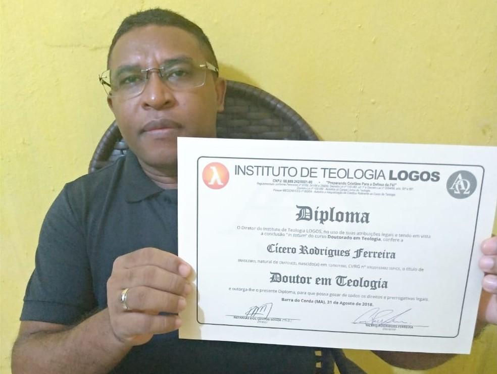 Cícero Rodrigues Ferreira recolhia lixos jogados no lixo, em Crato, para estudar. — Foto: Valdiana da Silva Rodrigues