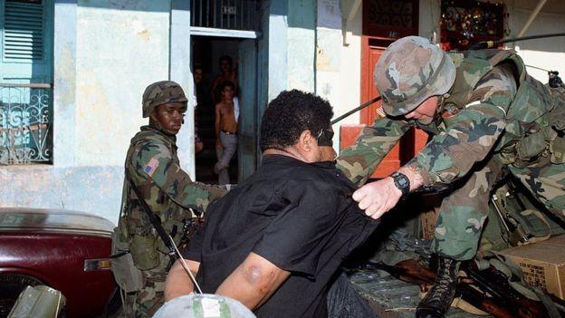 Soldados americanos detêm homem durante invasão a Panamá em 1989 (Foto: Getty Images via BBC News)