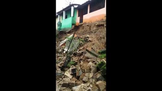 Três pessoas ficam feridas após muro de contenção desabar em Joaquim Gomes, AL