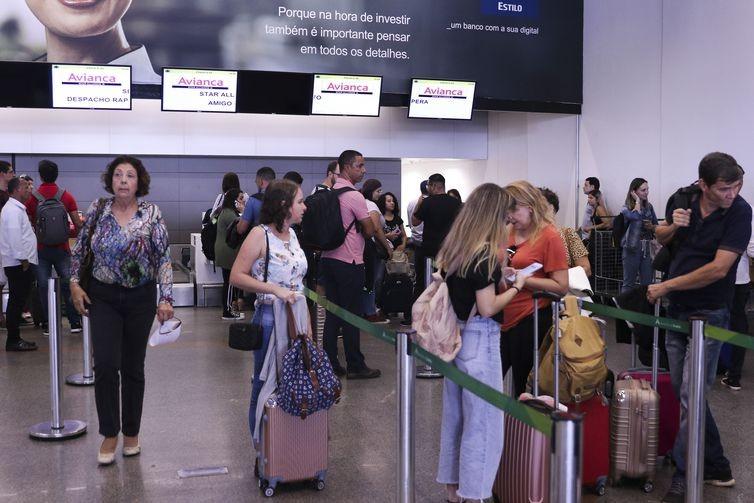 Muitos passageiros buscaram informações sobre os voos nos balcões da Avianca  (Foto: Valter Campanato/Agência Brasil)