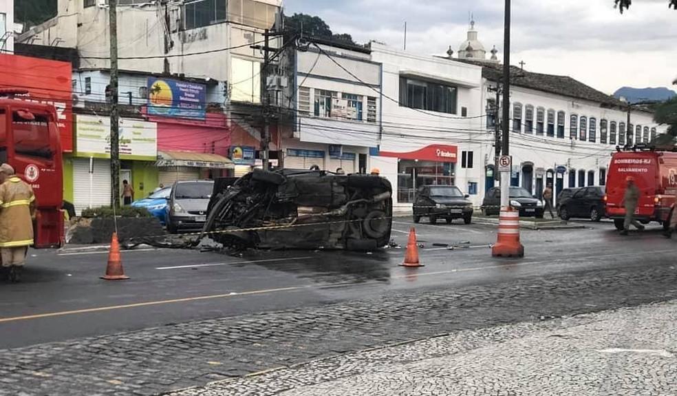 Motorista foi baleado na cabeça e capotou com o carro — Foto: Reprodução/Redes sociais
