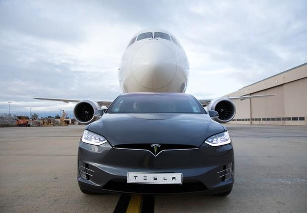 Carro da Tesla reboca Boeing (Foto: Tesla)
