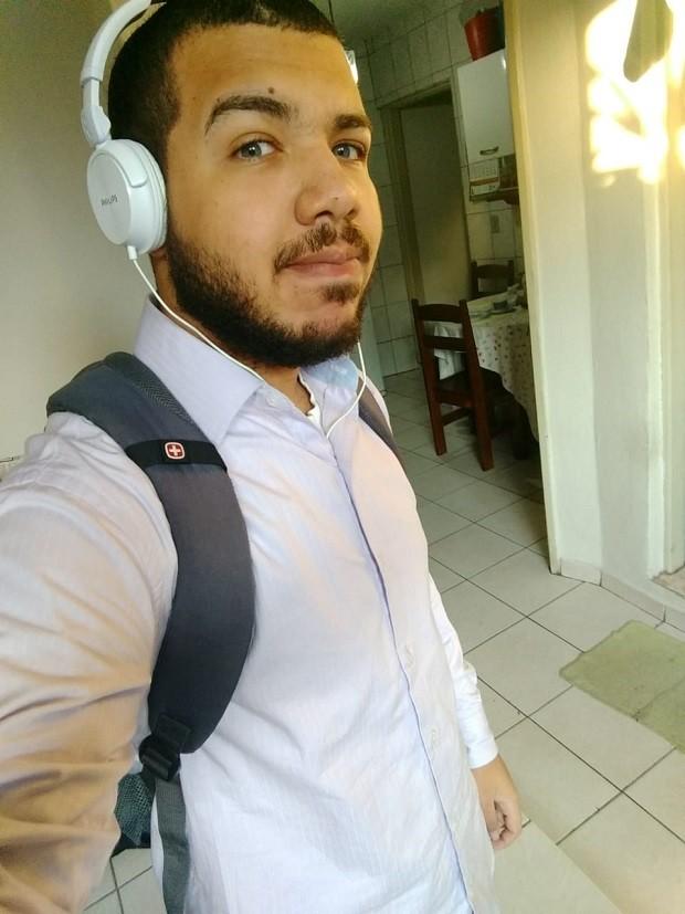 Gustavo Dias, de 19 anos, tem enfrentado dificuldades e analisa que culpa é da falta de experiência e da enxurrada de candidatos com esse requisito (Foto: Arquivo Pessoal - via BBC)