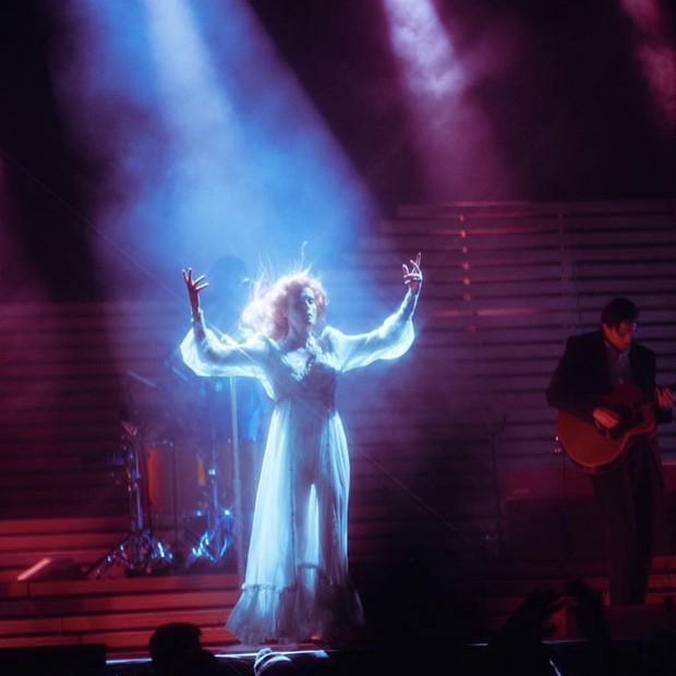 Florence durante a apresentação (Foto: Reprodução/Instagram)
