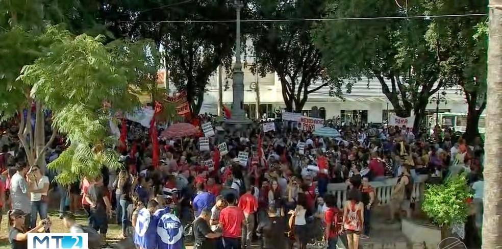Manifestação na Praça da República em Cuiabá — Foto: Reprodução/TVCA