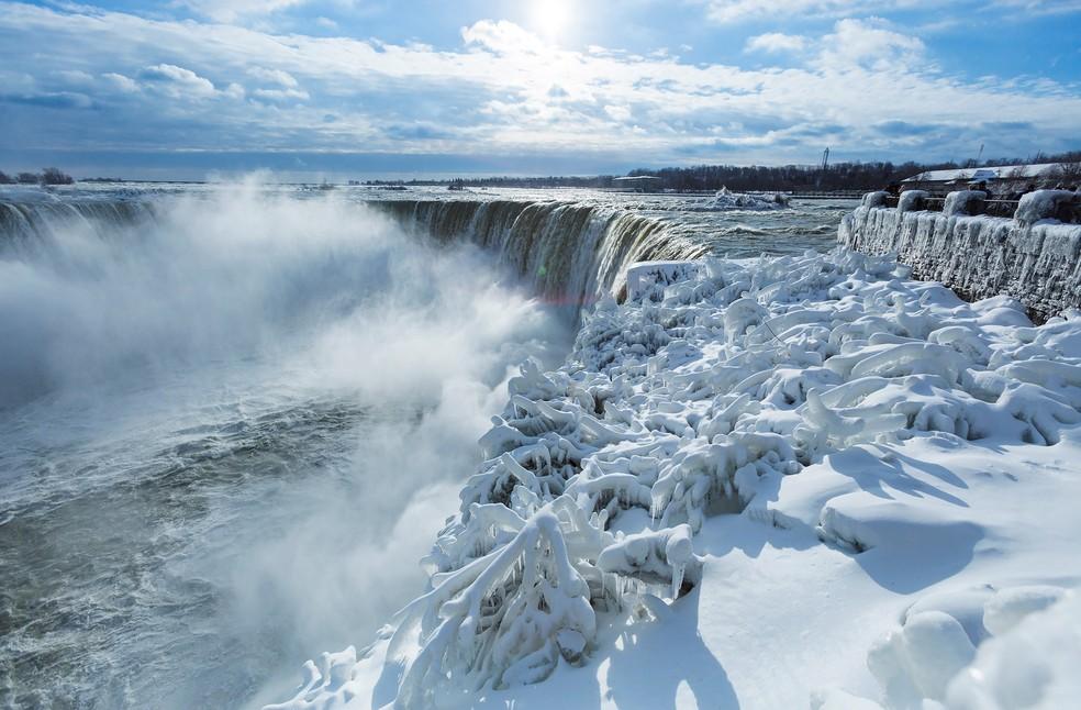 Visitantes tiram fotos das Cataratas do Niágara cobertas de gelo, em Niágara, no Canadá — Foto: Aaron Lynett/Reuters