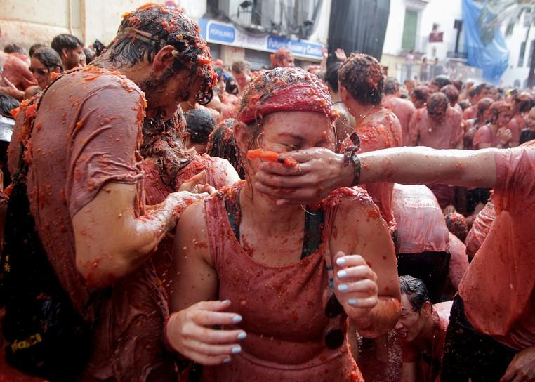 Segundo os organizadores, cerca de 45 mil pessoas disputaram a 'guerra' utilizando 125 toneladas de tomates (Foto: Heino Kalis/Reuters)