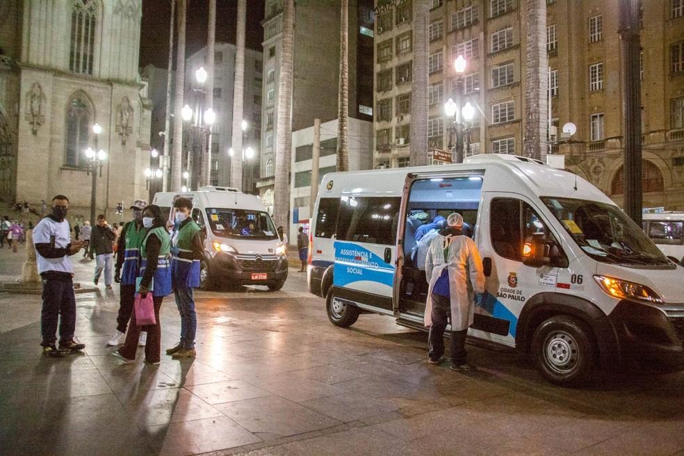 Agentes sociais da prefeitura fazem atendimento de moradores de rua na Praça da Sé, Centro de SP. — Foto: Divulgação/SMADS
