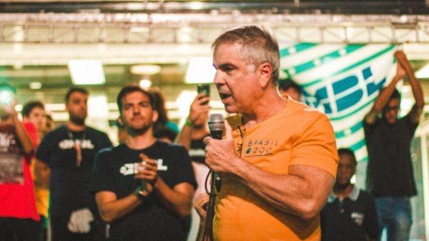 O empresário Flávio Rocha num ato do MBL em São Paulo, em abril deste ano (Foto: Reprodução/MBL via BBC News Brasil)