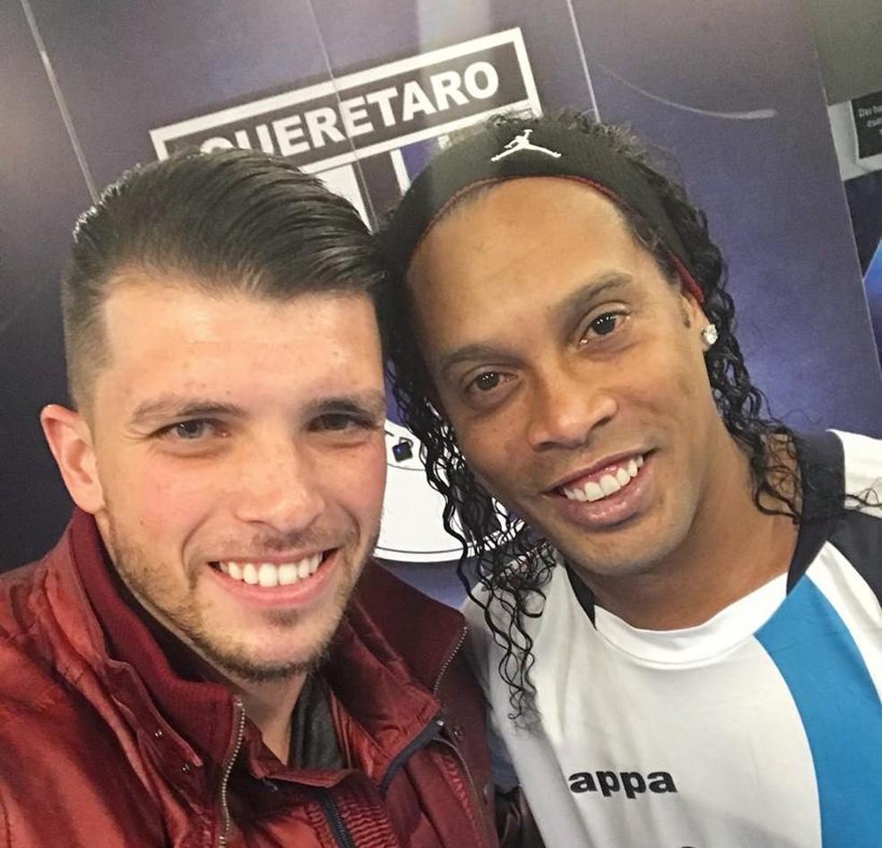 Tiago Volpi jogou com Ronaldinho no Querétaro, do México — Foto: Arquivo Pessoal