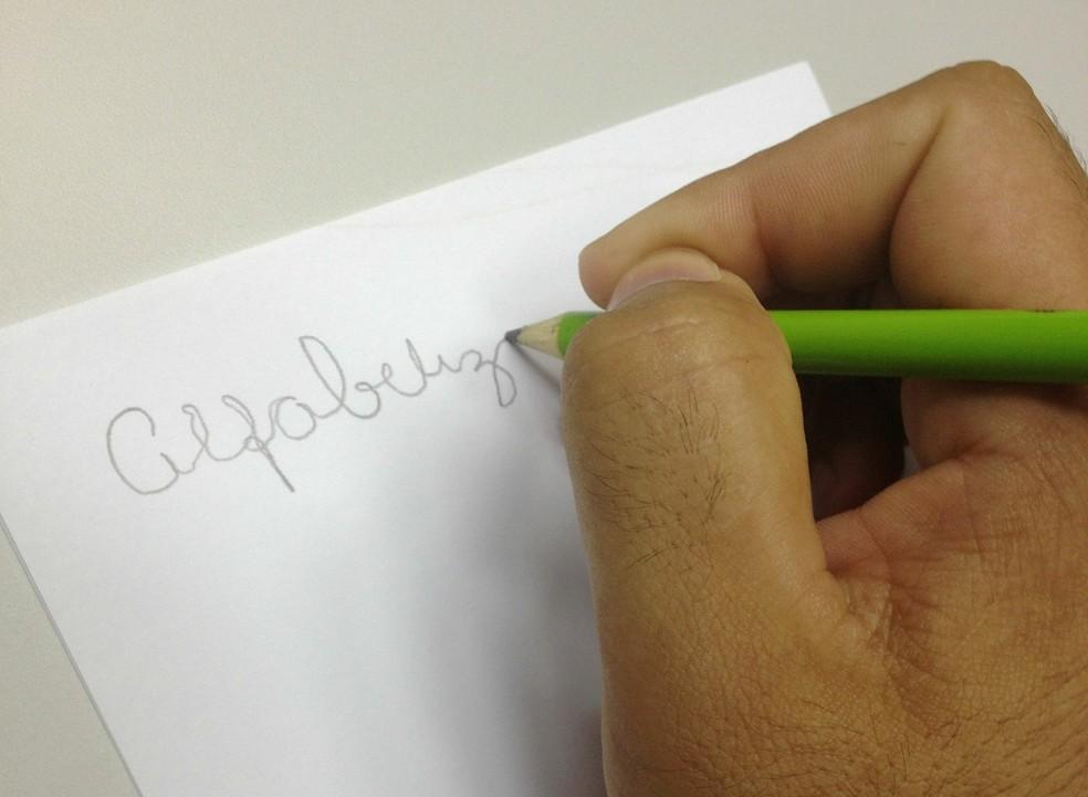 São consideradas pessoas analfabetas as que não conseguem ler ou escrever um bilhete simples. — Foto: Lorena Kubota/G1