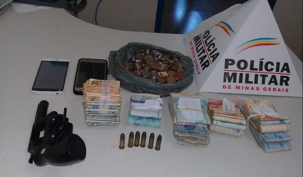 Dinheiro foi recuperado com os autores — Foto: Polícia Militar/Divulgação
